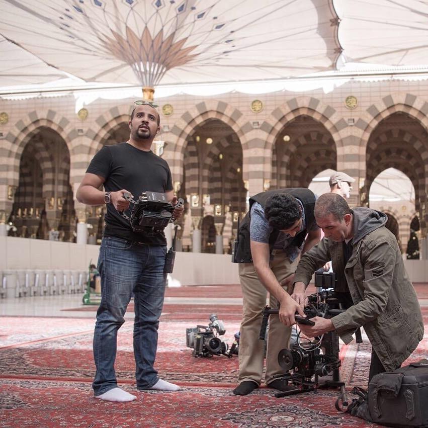 المخرج المهند الكدم مع مدير التصوير والإضاءة عبد الله الشريدة في تصوير الحرم المدني لفلم المأرز